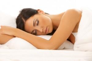 النوم  عاريا