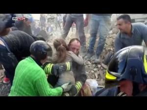 إنقاذ طفلة بعد 15 ساعة تحت الانقاض بإيطاليا