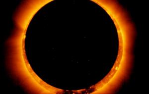 الكسوف ينجم عن مرور القمر بين الشمس والأرض