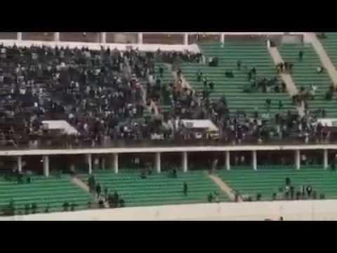 شغب جماهير الرجاء البيضاوي ..إقتلاع الكراسي و النزول إلى الملعب بعد نهاية المبارة ضد أكادير