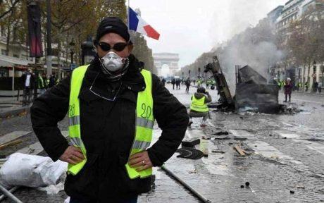 """آلاف من محتجي """"السترات الصفراء"""" يتظاهرون في فرنسا"""