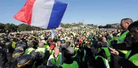 آلاف الفرنسيين ينددون بزيادة الضرائب على الوقود