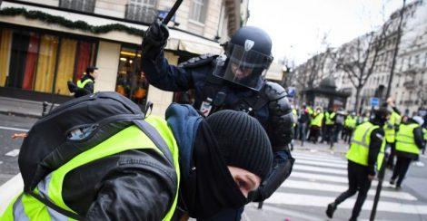 """اعتقال أكثر من 85 شخصا في احتجاجات """"السترات الصفراء"""" في باريس ومصرع امرأة في حادث شمال البلاد"""
