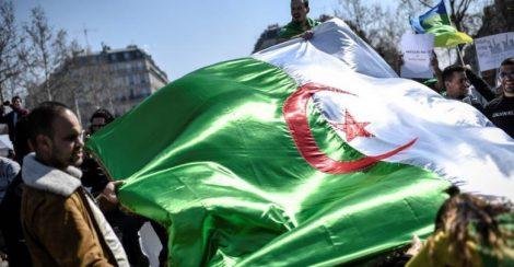 """مئات الآلاف من الجزائريين يتظاهرون في الجمعة التاسعة ضد """"الباءات الثلاثة"""""""