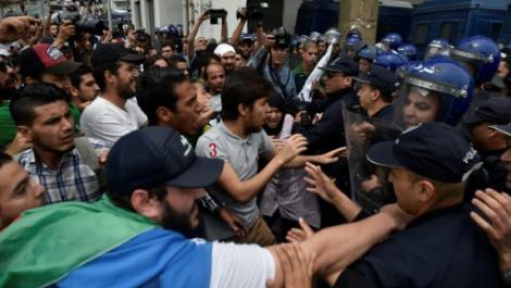"""الطلاب الجزائريون يتظاهرون ضد """"النظام"""" في عيدهم الوطني"""